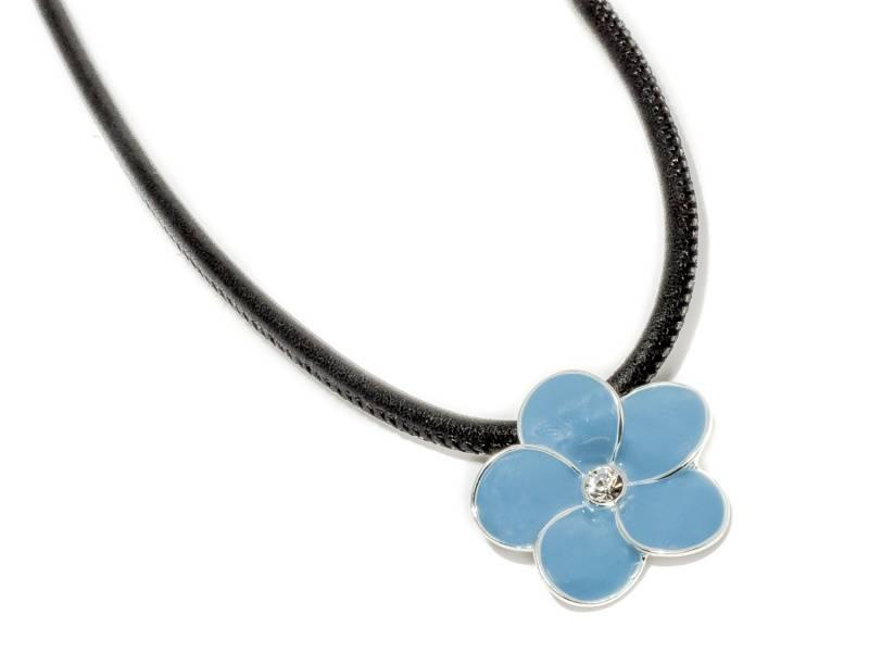 90141 Kort halssmykke med sort skinnsnor og blå emalje blomst